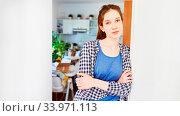 Junge Frau lehnt an Tür in neuer Wohnung nach dem Umzug. Стоковое фото, фотограф Zoonar.com/Robert Kneschke / age Fotostock / Фотобанк Лори