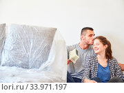 Verliebtes junges Paar küsst sich in einer Pause bei der Renovierung in der neuen Wohnung. Стоковое фото, фотограф Zoonar.com/Robert Kneschke / age Fotostock / Фотобанк Лори
