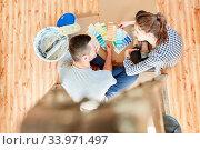 Junges Paar spricht über die richtige Wandfarbe bei der Renovierung der neuen Wohnung. Стоковое фото, фотограф Zoonar.com/Robert Kneschke / age Fotostock / Фотобанк Лори