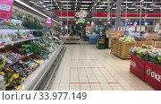 Отдел свежих овощей и фруктов в супермаркете Окей. Редакционное видео, видеограф Кекяляйнен Андрей / Фотобанк Лори