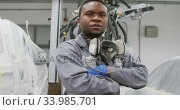 Купить «African American male car mechanic crossing his arms and looking at camera », видеоролик № 33985701, снято 6 ноября 2019 г. (c) Wavebreak Media / Фотобанк Лори