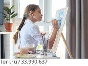 Young artist draws watercolor in light studio. Стоковое фото, фотограф Иванов Алексей / Фотобанк Лори