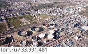 Night panoramic view of large chemical plant at Tarragona, Spain. Стоковое видео, видеограф Яков Филимонов / Фотобанк Лори