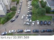 Купить «Машины, припаркованные во дворе в Москве», фото № 33991569, снято 14 июня 2020 г. (c) Victoria Demidova / Фотобанк Лори