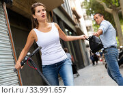 Adult man is stole the handbag from stranger young female. Стоковое фото, фотограф Яков Филимонов / Фотобанк Лори