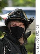Купить «Пожарный в медицинской маске», эксклюзивное фото № 33992405, снято 14 июня 2020 г. (c) Дмитрий Неумоин / Фотобанк Лори