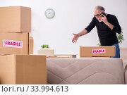 Купить «Old male professional mover doing home relocation», фото № 33994613, снято 4 ноября 2019 г. (c) Elnur / Фотобанк Лори
