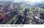 Купить «Полет над металлургическим заводом. Дым и смог в индустриальной зоне. Концепция загрязнения окружающей среды», видеоролик № 34007797, снято 5 августа 2020 г. (c) Евгений Ткачёв / Фотобанк Лори