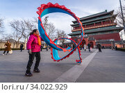 Ribbon dance performance in front of Drum Tower also called Gulou in Dongcheng district of Beijing, China. (2019 год). Редакционное фото, фотограф Konrad Zelazowski / age Fotostock / Фотобанк Лори