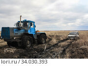 Tractor pulls a stuck car out of the fields (2009 год). Стоковое фото, фотограф Олег Елагин / Фотобанк Лори