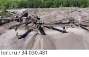 Купить «Дробильно-сортировочная установка по переработке и сортировке щебня, песка и гравия. Вид сверху», видеоролик № 34030481, снято 4 июня 2020 г. (c) Евгений Ткачёв / Фотобанк Лори