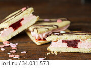 Купить «marshmallow sandwiches decorated with chocolate and little pink sugar hearts», фото № 34031573, снято 8 февраля 2019 г. (c) Nataliia Zhekova / Фотобанк Лори