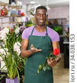 Florist offering roses. Стоковое фото, фотограф Яков Филимонов / Фотобанк Лори