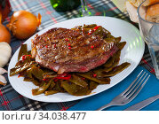 Veal entrecote with green beans and sweet pepper. Стоковое фото, фотограф Яков Филимонов / Фотобанк Лори