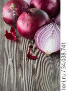 Купить «red onions on rustic wood. Red onion halves. Food Ingredients», фото № 34038741, снято 29 июля 2019 г. (c) Nataliia Zhekova / Фотобанк Лори