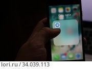 """Иконка приложения telegram в папке """"Социальные сети"""" на смартфоне iPhone. Редакционное фото, фотограф Кузнецов Максим / Фотобанк Лори"""