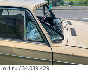Купить «Старый автомобиль с разбитым лобовым стеклом», фото № 34039429, снято 18 июня 2020 г. (c) E. O. / Фотобанк Лори