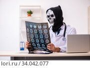 Купить «Male devil doctor radiologist working in the clinic», фото № 34042077, снято 3 февраля 2020 г. (c) Elnur / Фотобанк Лори