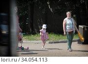 Москва, девочка в летнем платье. Редакционное фото, фотограф Дмитрий Неумоин / Фотобанк Лори