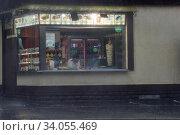 Москва, торговая лавка в проливной ливень. Редакционное фото, фотограф Дмитрий Неумоин / Фотобанк Лори