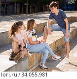 Teenagers hanging out on city streets in summer. Стоковое фото, фотограф Яков Филимонов / Фотобанк Лори