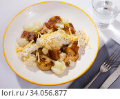 Купить «Cauliflower with potatoes and brisket meat served with cheese sauce», фото № 34056877, снято 6 июля 2020 г. (c) Яков Филимонов / Фотобанк Лори