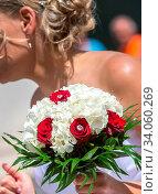 Купить «Wedding bouquet in hands of the bride at the mayor», фото № 34060269, снято 3 июля 2020 г. (c) easy Fotostock / Фотобанк Лори