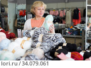 woman holding colored thread for knitting. Стоковое фото, фотограф Яков Филимонов / Фотобанк Лори