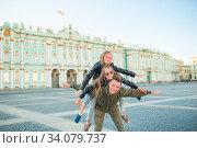 Family of father and little girls visiting the Hermitage, Saint-Petersburg. Стоковое фото, фотограф Дмитрий Травников / Фотобанк Лори