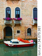 Купить «Venetian canal with motorboat», фото № 34079981, снято 18 июня 2018 г. (c) Роман Сигаев / Фотобанк Лори