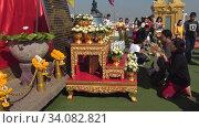 Молитва у подножия ступы Храма Золотой горы (Ват Сакет). Бангкок, Таиланд (2018 год). Редакционное видео, видеограф Виктор Карасев / Фотобанк Лори