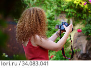 Купить «Девушка фотографирует городской пейзаж», фото № 34083041, снято 23 июня 2020 г. (c) Марина Володько / Фотобанк Лори