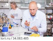 Купить «Chemist analyzing liquid samples», фото № 34083485, снято 24 января 2019 г. (c) Яков Филимонов / Фотобанк Лори