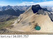 Der Piz Üertsch (Gipfel aus Dolomit-Gestein). Sicht vom Piz Blaisun (Kalk). Namenlose Seen. Links unten der Albulapass, Graubünden. Ganz klein ist das Hospiz zu erkennen. Стоковое фото, фотограф Fredy Joss / age Fotostock / Фотобанк Лори