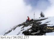 Купить «Der Gipfel des Mutter im Nebel und mit erstem Schnee des Herbstes, Unterengadin, Samnaun, Kanton Graubünden. (model release)», фото № 34092277, снято 6 августа 2020 г. (c) age Fotostock / Фотобанк Лори