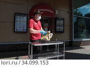 Купить «Балашиха, ограничения в Макдональдсе», эксклюзивное фото № 34099153, снято 27 июня 2020 г. (c) Дмитрий Неумоин / Фотобанк Лори