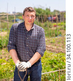 Купить «Professional horticulturist with garden shovel working at land», фото № 34100113, снято 7 июля 2020 г. (c) Яков Филимонов / Фотобанк Лори