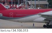 Купить «Boeing 777 before departure», видеоролик № 34100313, снято 28 ноября 2019 г. (c) Игорь Жоров / Фотобанк Лори