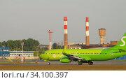 Купить «S7 Boeing 737 departure», видеоролик № 34100397, снято 17 июня 2020 г. (c) Игорь Жоров / Фотобанк Лори