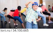 Купить «Kids training hip hop in dance studio», фото № 34100665, снято 30 июня 2020 г. (c) Яков Филимонов / Фотобанк Лори