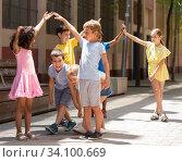 Купить «Energetic children play a game called trickle on the street», фото № 34100669, снято 12 июля 2020 г. (c) Яков Филимонов / Фотобанк Лори