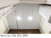 Купить «Натяжной глянцевый потолок в ванной комнате», фото № 34101289, снято 25 июня 2020 г. (c) Иванов Алексей / Фотобанк Лори