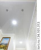 Натяжной глянцевый потолок с точечными светильниками и вентиляционными отдушинами в длинном небольшом коридоре (2020 год). Редакционное фото, фотограф Иванов Алексей / Фотобанк Лори