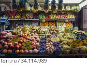 Fruits stall on Mercato Delle Erbe food market in Bologna, capital and largest city of the Emilia Romagna region in Northern Italy. (2019 год). Редакционное фото, фотограф Konrad Zelazowski / age Fotostock / Фотобанк Лори