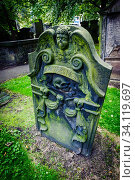 An old tombstone in St Cuthberts Church Graveyard in the centre of Edinburgh. Стоковое фото, фотограф Andrew Wilson / age Fotostock / Фотобанк Лори