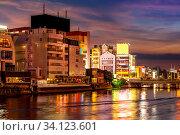Купить «Fukuoka old town along naka river at Nakasukawabata sunset twilight. This area is favorite for tourist for Fukuoka Yatai, street Food stall, for hangout at night.», фото № 34123601, снято 5 июля 2020 г. (c) easy Fotostock / Фотобанк Лори