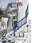 Old street with whitewashed houses in Mykonos (2018 год). Стоковое фото, фотограф Роман Сигаев / Фотобанк Лори