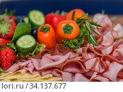 Gesunde kalte Platte mit abwechslungsreicher Kost, Obst und Gemüse. Стоковое фото, фотограф Zoonar.com/Alfred Hofer / easy Fotostock / Фотобанк Лори