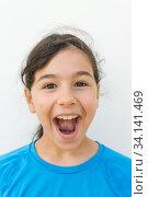 Ребенок, девочка выражает бурную радость (2020 год). Редакционное фото, фотограф Владимир Ушаров / Фотобанк Лори