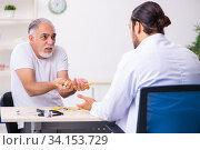 Купить «Patient suffering from diabetes visiting doctor», фото № 34153729, снято 3 октября 2019 г. (c) Elnur / Фотобанк Лори